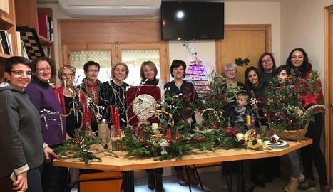 Membres de l'associació amb els ornaments que van fer als tallers.