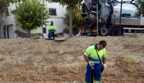 Operaris d'Aigües Lleida agafen dades per a l'estudi sobre clavegueram