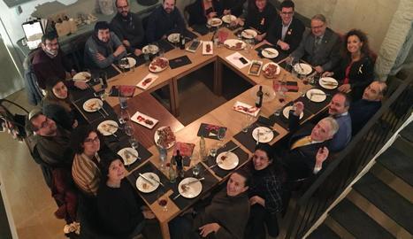 Edils del grup i representants dels mitjans a l'esmorzar.