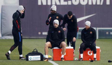Luis Suárez i Messi, asseguts, en un moment de l'entrenament d'ahir.