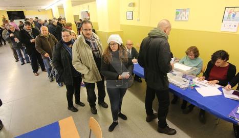 El col·legis electorals de Lleida, amb cues des de primera hora del matí.