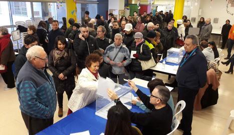 El col·legi electoral situat a l'escola Riu Segre de Lleida, amb cues a primera hora del matí.