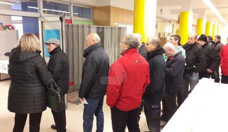 Cues en un col·legi electoral de Lleida ciutat abans de l'obertura.