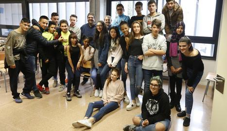 Alumnes de quart d'ESO de l'institut La Mitjana, ahir amb el fotògraf de SEGRE Òscar Mirón.