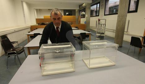 Col·locació d'urnes ahir a la Universitat de Lleida