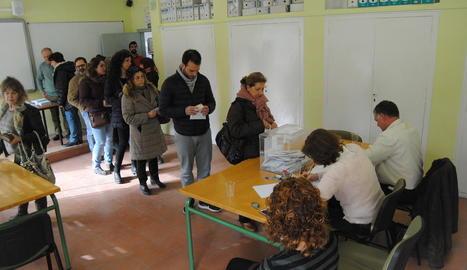 Cua per votar ahir al matí davant de les meses electorals ubicades al col·legi Enric Farreny de la Bordeta.