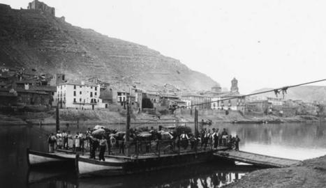 Foto antiga del pas de l'Ebre amb barca a Mequinensa.