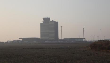 L'aeroport d'Alguaire, amb menys boira ahir a la tarda, encara que es van mantenir les desviacions.