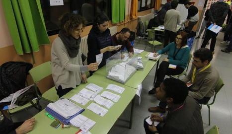 Ciutadans fent cua per votar al col·legi Riu Segre, al barri de Pardinyes de la ciutat de Lleida.