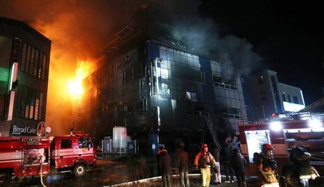 Efectius dels bombers treballen en l'extinció del foc.