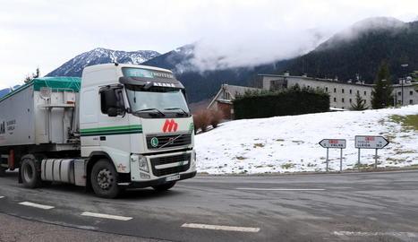 Un camió per l'N-230 al seu pas per Vielha.