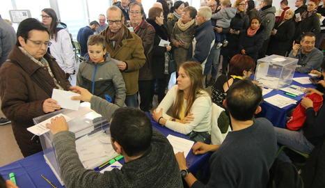 Ciutadans votant dijous en un col·legi electoral de la capital lleidatana.