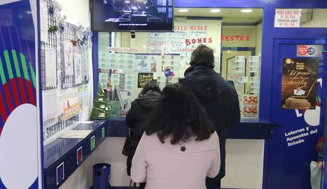 Clients, ahir, esperaven torn a l'administració de loteria del carrer Carme de Lleida.
