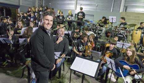 El director Miquel Morera al costat de l'orquestra de l'escola de música Josep M. Llorens.