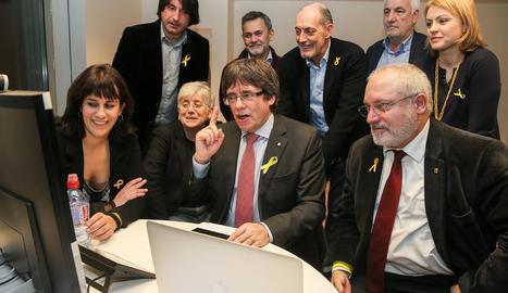 Puigdemont i l'exconsellera Ponsatí, dijous, seguint l'evolució de les votacions des de Brussel·les.