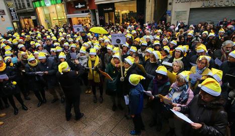 La plaça de la Paeria de Lleida es va omplir per cantar les nadales per reclamar la llibertat dels presos.