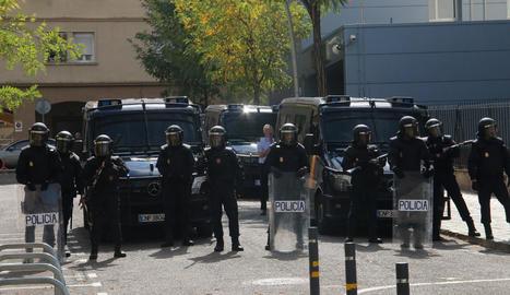 Imatge dels agents desplegats a Lleida davant la comissaria, a l'antic govern militar.
