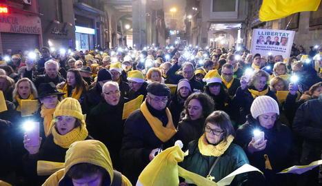 Cantada de nadales en record dels 'presos polítics', dilluns a la nit a la plaça Paeria de Lleida.