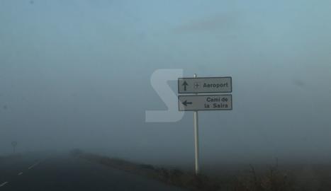 Boira en l'accés a l'aeroport d'Alguaire aquest dimecres a primera hora del matí.