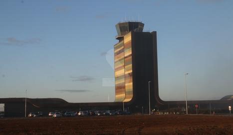 Cap a dos quarts de deu del matí el sol ja lluïa a l'aeroport d'Alguaire.