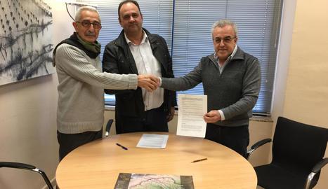 Els artífexs de l'acord el van firmar ahir al consell.