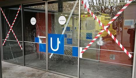 Imatge dels vidres trencats de la porta de l'hospital.