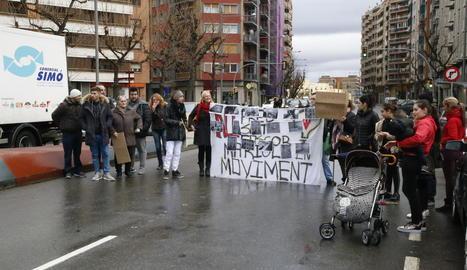 Els manifestants van omplir una pancarta amb fotografies de l'estat dels pisos.