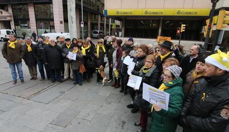 Solidaritat amb els presos - El grup Cantaires de Ponent va enviar ahir 4 cartes firmades per 300 persones a Oriol Junqueras, Joaquim Forn, Jordi Sànchez i Jordi Cuixart. A part de mostrar-los suport, hi van van adjuntar les lletres de les cançon ...