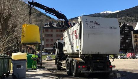 Un camió recollint residus a la Val d'Aran.