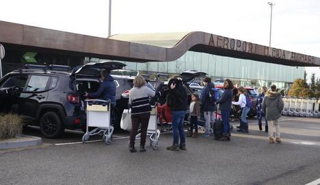 Viatgers del vol de Palma, ahir davant la terminal de l'aeroport d'Alguaire.