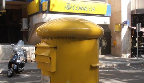 Una bústia davant la seu central de Correus a Lleida.
