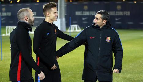 Ernesto Valverde saluda Denis Suárez i Andrés Iniesta abans d'iniciar l'entrenament.