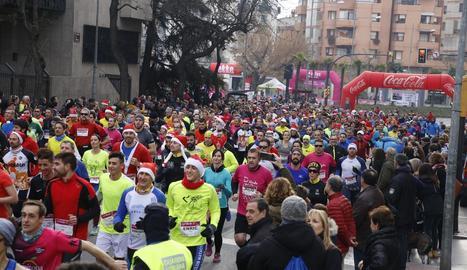 La Sant Silvestre de Lleida va tornar a ser multitudinària i aquest cop en horari matinal.