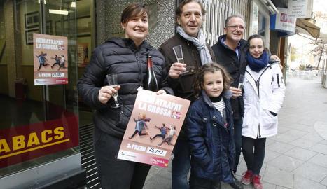 El propietari del bar de Menàrguens, diumenge, celebrant amb clients haver repartit part del tercer premi.