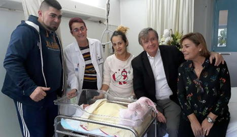 Jéssica Hernández i Josep Salazar, ahir, amb el petit Pepe poc després de nàixer.