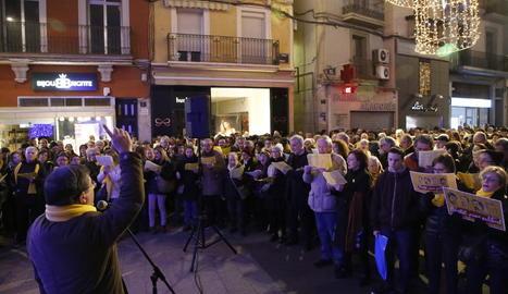 Nadales pels presos - Unes 300 persones van participar ahir a la plaça Paeria a la cantada de nadales Un cant per la llibertat que organitzen cada dilluns Òmnium, l'ANC i Músics per la Llibertat per reclamar la llibertat de Jordi Sánchez, Jor ...