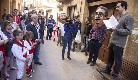 Foto d'arxiu d'un acte festiu davant la casa de Pedrolo.