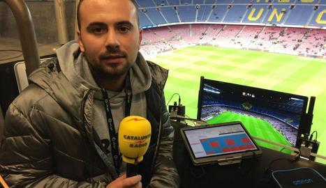 L'Aleix, a la cabina de ràdio del Camp Nou.