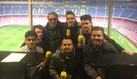 Els estudiants de periodisme amb Joaquim Maria Puyal.