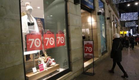 Un establiment de l'Eix Comercial amb cartells de rebaixes de fins al 70%.
