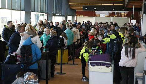 Imatge dels esquiadors que ahir van tornar al Regne Unit des de l'aeroport d'Alguaire.