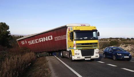 Imatge del camió accidentat ahir a la carretera N-240, a les Borges Blanques.
