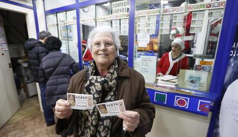 Una compradora de loteria del Nen, ahir en una administració de Cappont.