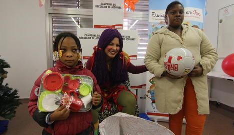 La Vermelleta de Creu Roja va repartir joguets entre mil nens de la ciutat de Lleida ahir.