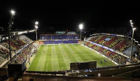 """Aspecte del Camp d'Esports en el moment en què es va desplegar l'espectacular mosaic, amb un escut gegant del club i el lema """"Per la nostra ensenya... Sempre Lleida!""""."""