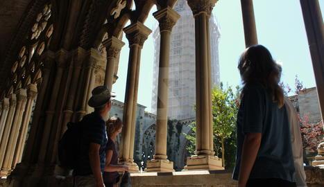 Turistes a la Seu Vella de Lleida en una imatge d'arxiu.