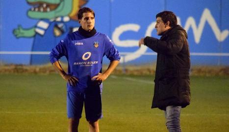 Juanto, que ja es va entrenar ahir amb la plantilla blava, conversa amb el tècnic Gerard Albadalejo.