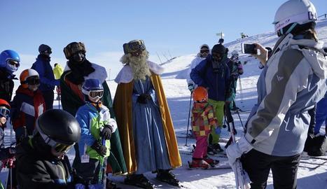 Els Reis Mags d'Orient van arribar ahir a Port Ainé per saludar els més petits.