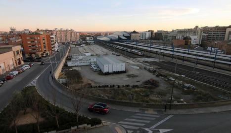 Als terrenys de l'entorn de l'estació de trens està previst un centre comercial i pisos.