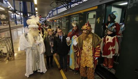 Els Reis, rebuts per les autoritats a peu de tren, l'any passat.